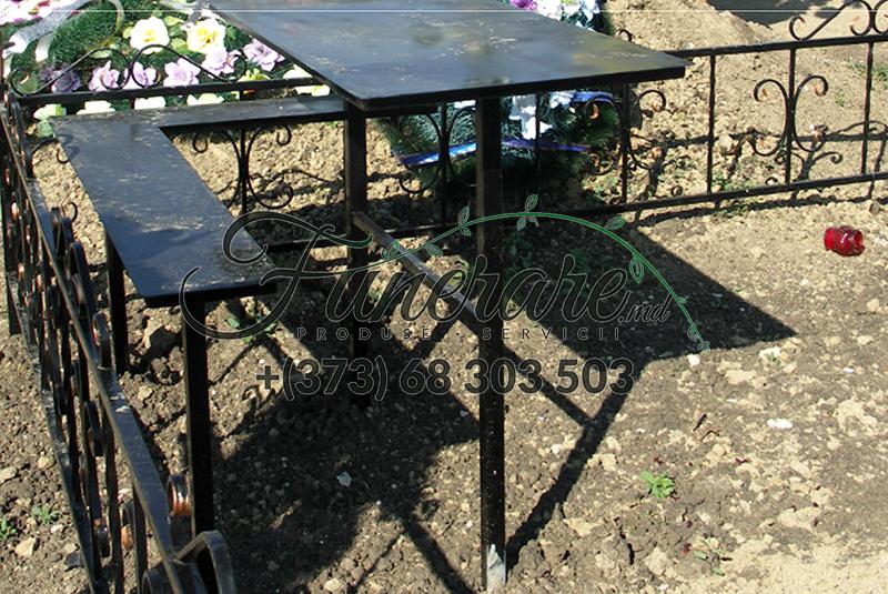 Mese si scaune din metal la cimitir 0335