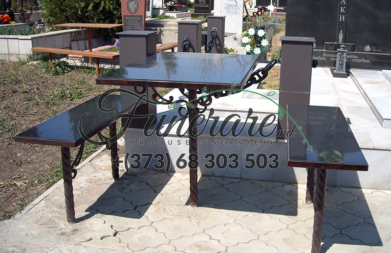 Mese si scaune din metal la cimitir 0338