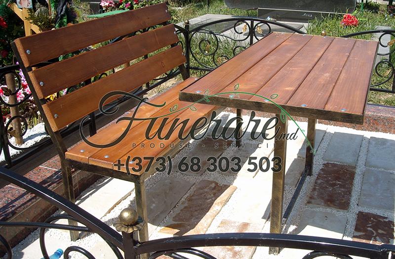 Mese si scaune din metal la cimitir 0340