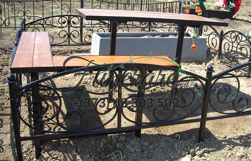 Mese si scaune din metal la cimitir 0342