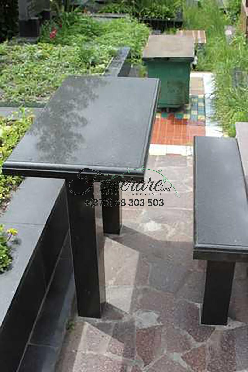 Mese si scaune din granit negru la cimitir 0367