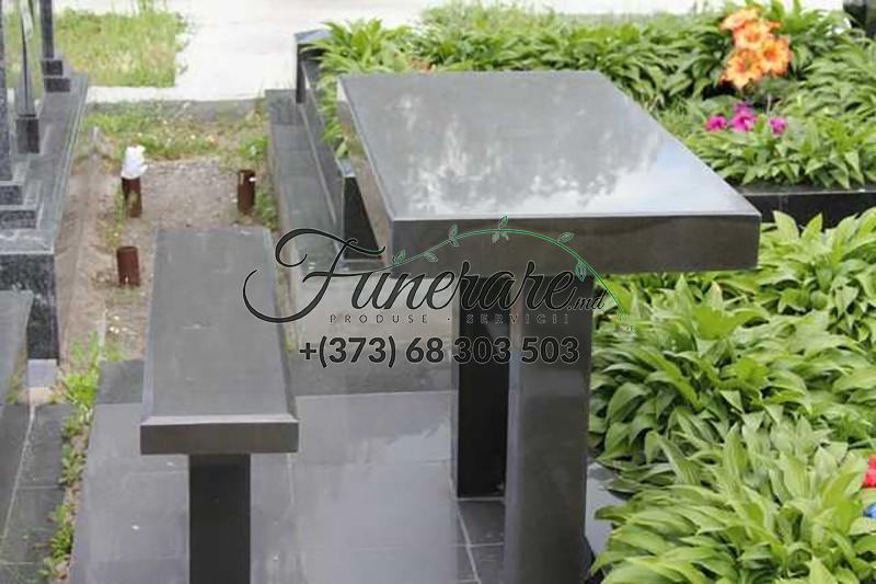 Mese si scaune din granit negru la cimitir 0370