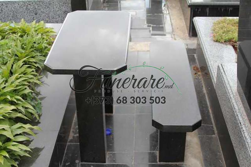 Mese si scaune din granit negru la cimitir 0371