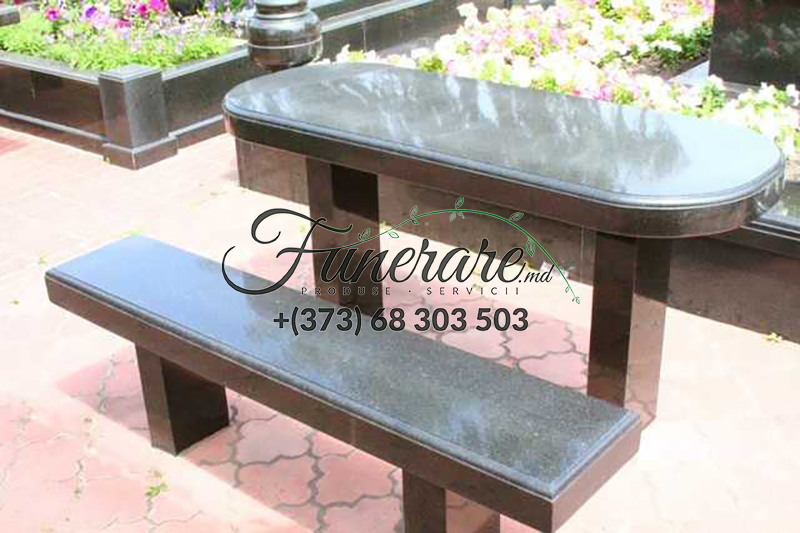 Mese si scaune din granit negru la cimitir 0372