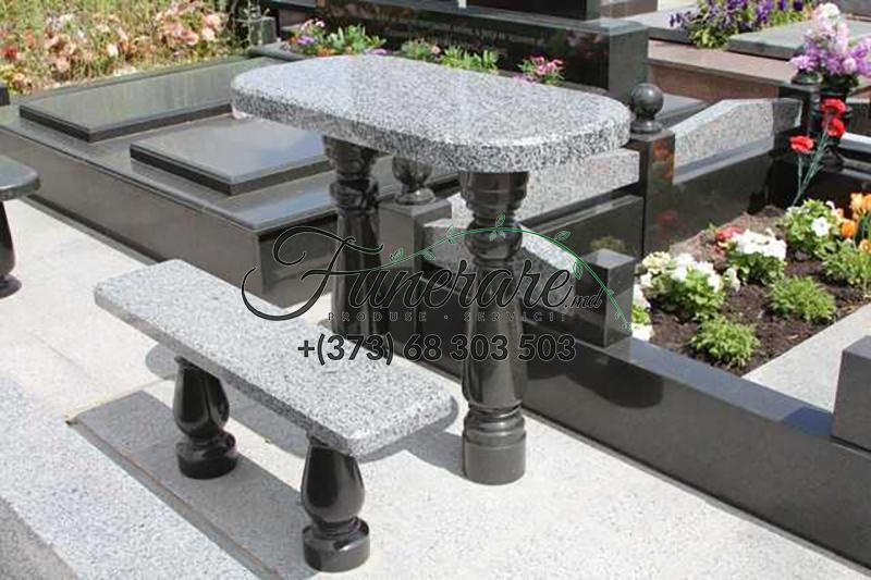 Столы и стулья из черного и серого гранита на кладбище 0374