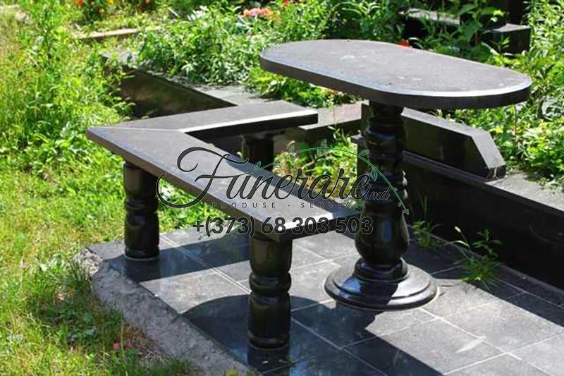 Столы и стулья из черного гранита на кладбище 0375