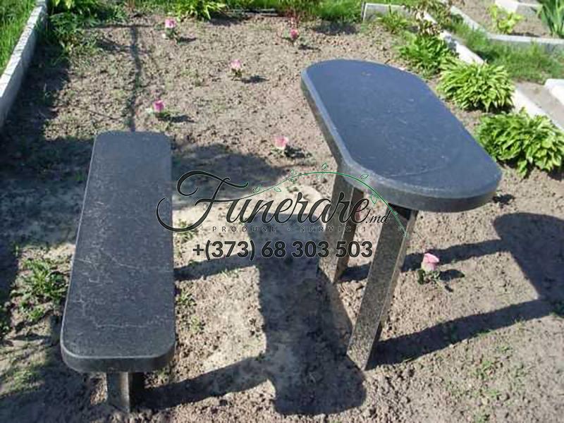 Столы и стулья из черного гранита на кладбище 0376