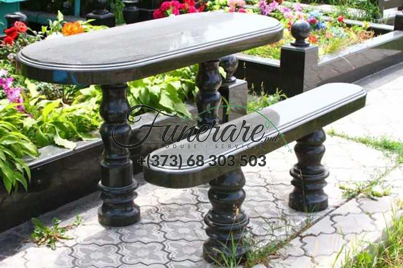 Столы и стулья из черного гранита на кладбище 0377