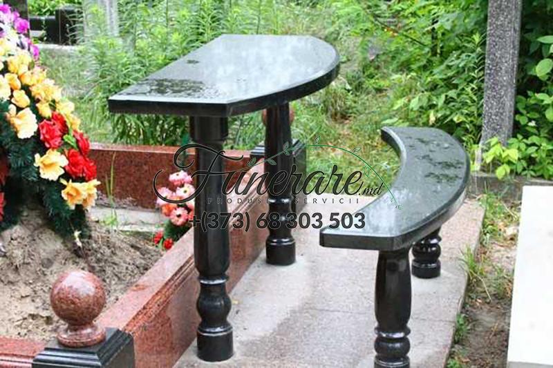 Mese si scaune din granit negru la cimitir 0378
