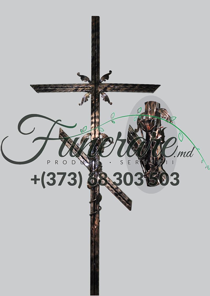 Mеталлический крест на кладбище 0385